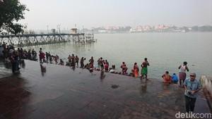 Foto: Kolkata dan Orang Mandi di Sungai Gangga