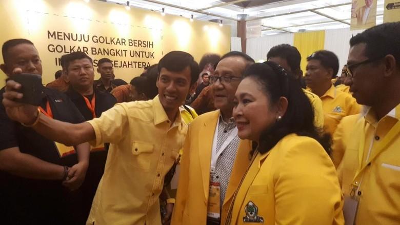 Munaslub Golkar, Akbar Tandjung-Titiek Soeharto Jadi Sasaran Selfie