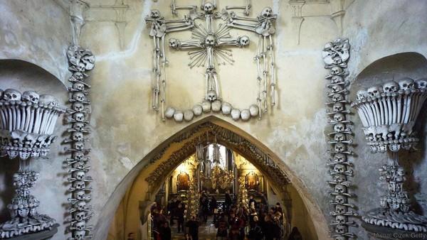 Tulang-tulang ini berasal dari jasad penduduk sekitar yang ingin dimakamkan di sekitar kapel, karena tanah suci Golgota yang ditabur di sekitar kapel. Karena tidak ada lagi lahan tersisa, terpaksalah tengkorak ini ditumpuk. Kemudian tulang belulang disusun menghiasi seluruh kapel (BBC Travel)