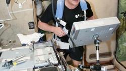 Manusia tidak didesain untuk hidup di luar angkasa. Oleh karena itu para astronaut harus ekstra hati-hati menjaga kondisi fisik dengan berolahraga.