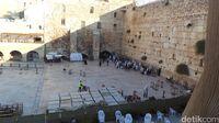 Suasana umat Yahudi saat beribadah di Tembok Ratapan (Erwin Dariyanto/detikTravel)