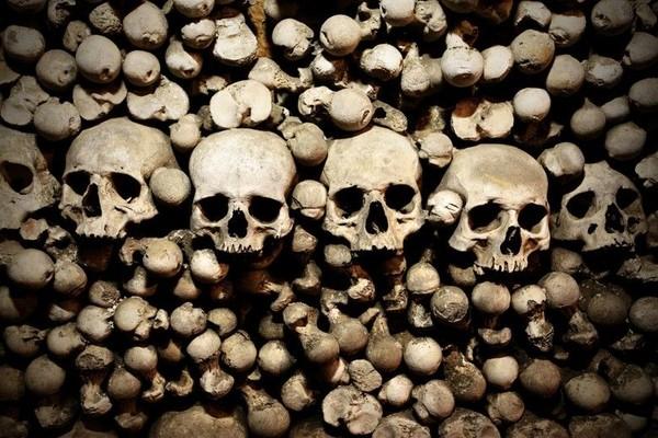Di dalam ruangan tengkorak menjulang tinggi dan tersusun rapi. Tengkorak yang disimpan sejak abad ke 12 ini adalah jasad dari para pendeta dan penduduk setempat (Thinkstock)