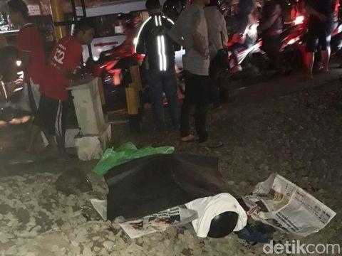 Tak Dengar Peringatan Warga, Pria Tersambar KRL di Pasar Minggu