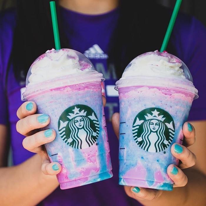 Unicorn Frappuccino dari Starbucks. Minuman yang satu ini sangat viral di instagram. Berwarna sesuai dengan corak unicorn ditambah sentuhan magis yang bisa membuat warnanya berubah. Memberi keceriaan bagi yang meminumnya. Foto: Istimewa