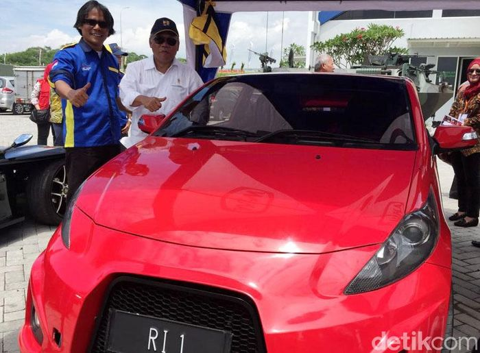 Mobil yang diberi nama Ezzy ini bakal dijajal Jokowi di ruas jalan tol Surabaya-Mojokerto (Sumo), Selasa (19/12/2017).