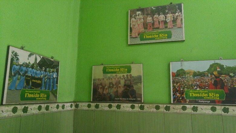 Beberapa foto berisi 9 dan 13 ibu-ibu juga terpajang dengan tulisan Nasida Ria. Foto: Angling Adhitya Purbaya