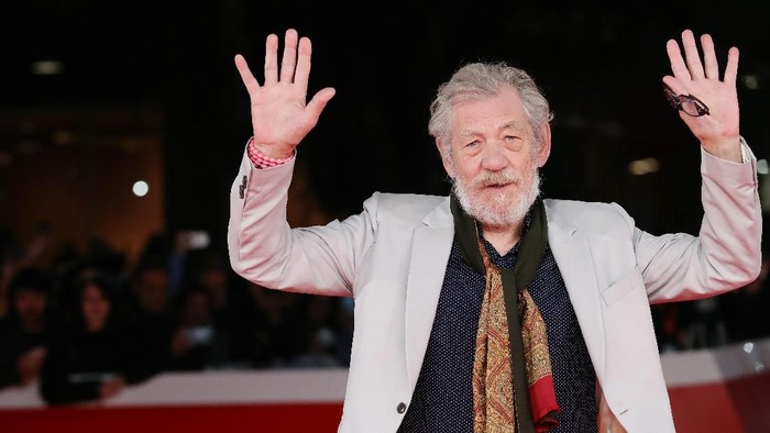 ROME, ITALY - NOVEMBER 01:  Ian McKellen walks a red carpet for Ian McKellen: Playing The Part during the 12th Rome Film Fest at Auditorium Parco Della Musica on November 1, 2017 in Rome, Italy.  (Photo by Vittorio Zunino Celotto/Getty Images)