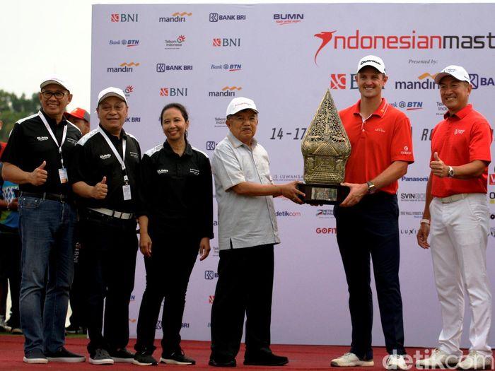 Justin Rose sebagai pemenang Indonesian Masters 2017 menerima piala yang diserahkan oleh Wakil Presiden Republik Indonesia Jusuf Kalla (kiri) dan didampingi Menteri BUMN RI Rini Soemarno (ketiga dari kiri), Direktur Utama BNI Achmad Baiquni (keempat dari kiri) beserta jajaran direksi bank yang tergabung dalam Himbara di Royale Jakarta Golf Club, Minggu (17/12).