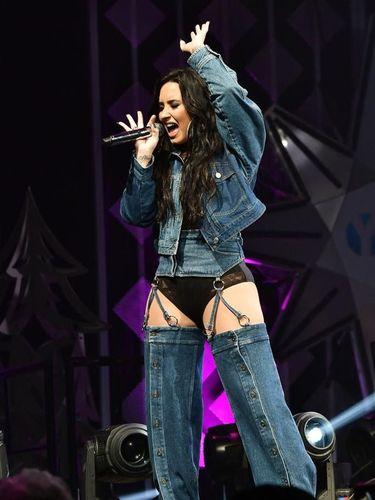 Demi Lovato Pakai Baju Denim yang Modelnya Bikin Netizen Bingung