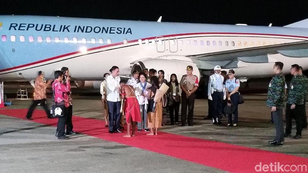 Presiden Jokowi Tiba di Sorong, Anggrek Diberikan ke Ibu Negara