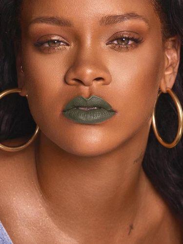Rihanna Rilis Lipstik Warna-warna Aneh, Hijau Hingga Ungu Violet