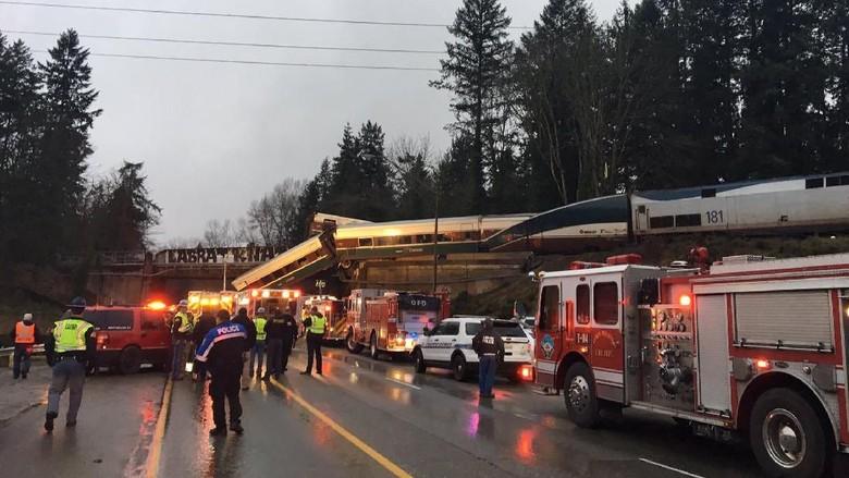 Kereta Jatuh dari Jembatan di Washington, Beberapa Orang Tewas