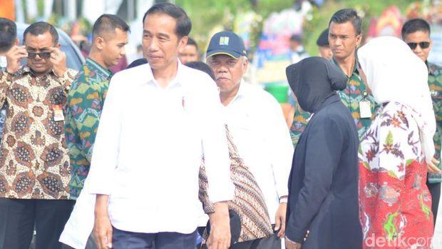 Tekan Sirine, Jokowi Resmikan Tol Sumo