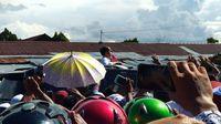 Jokowi nongol di sunroof mobil saat di Nabire.