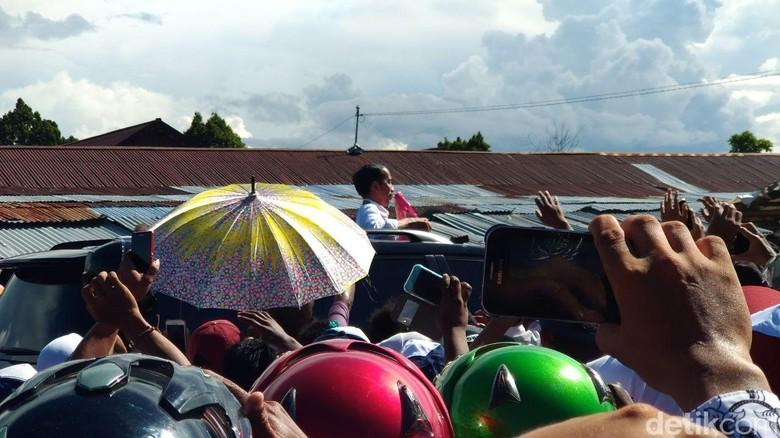 Jokowi nongol di sunroof mobil saat di Nabire. Foto: Danu Damarjati/detikcom