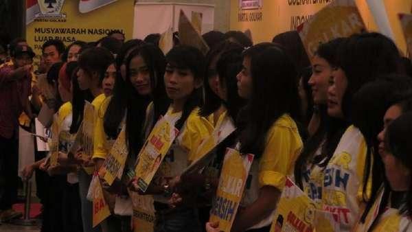 Jelang Penutupan Munaslub, Cheerleaders Sambut Elite Golkar