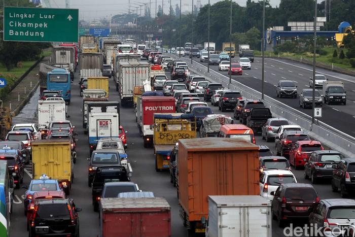 Kemenhub akan membatasi kendaraan angkutan barang di beberapa ruas jalan tol pada saat libur Natal dan tahun baru. Pembatasan ini untuk mencegah kemacetan di tol.