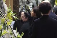 Shin Se Kyung tampak sedih saat memberi penghormatan terakhir untuk Jonghyun.