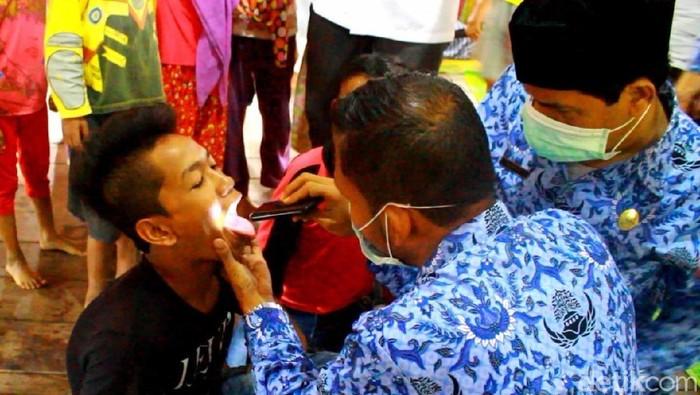 Dinas Kesehatan Aceh Utara melakukan pemeriksaan gejala difteri. (Foto: Datuk Haris Molana/detikcom)