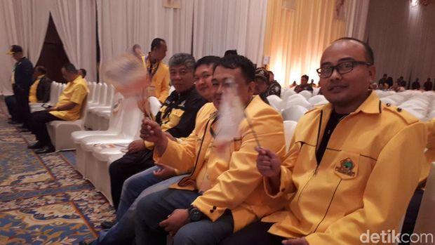 Penutupan Munaslub, Bendera Bergambar Airlangga Berjejer di Kursi