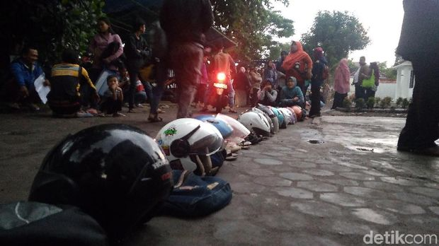 Miris! Helm Hingga Sandal Ikut Antre Demi Sekeping e-KTP di Cirebon