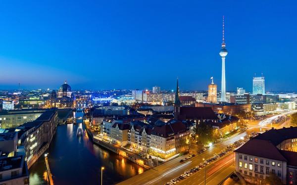 Mulai dari dentuman drum hingga orkestra simfoni terhebat, Berlin adalah kota musik ikonik dengan musisi terbaik dunia di jalanan. Energi kreatif kota yang unik selalu menarik seniman seperti David Bowie, Iggy Pop, dan banyak lagi. (Thinkstock)
