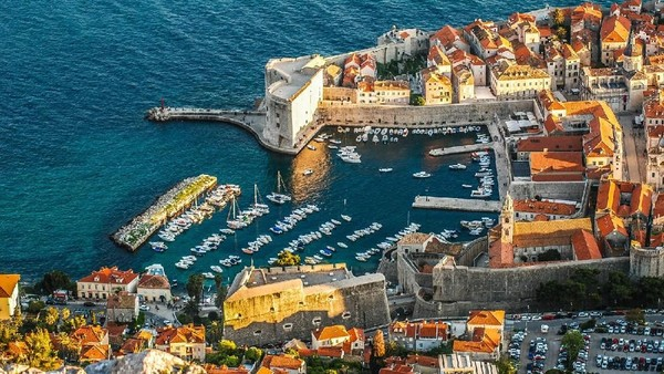 Inilah kota Dubrovnik di Kroasia. Dubrovnik adalah kota pertama di Eropa yang mengenal sistem karantina. Sistem karantina di Dubrovnik sudah dilakukan sejak tahun 1377. (Thinkstock)