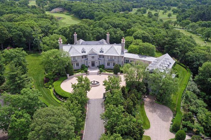 Sebuah rumah berdiri megah terbuat dari susunan batu gamping yang menawan, dijuluki Woodland Manor atau dalam bahasa Indonesia berarti rumah bangsawan Woodland. Istimewa/homesoftherich.net