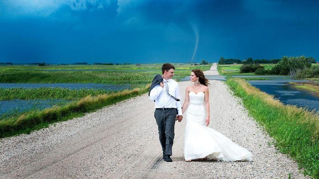 10 Foto Prewedding Ekstrem, Dikejar Tornado hingga Erupsi Gunung Agung