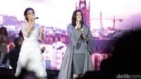 Raisa dan Isyana membuka acara di JCC, Jakarta Selatan pada Rabu (20/12) malam.