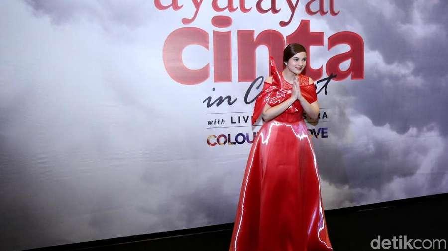 Kenakan Gaun Merah, Chelsea Islan Bikin Jatuh Hati