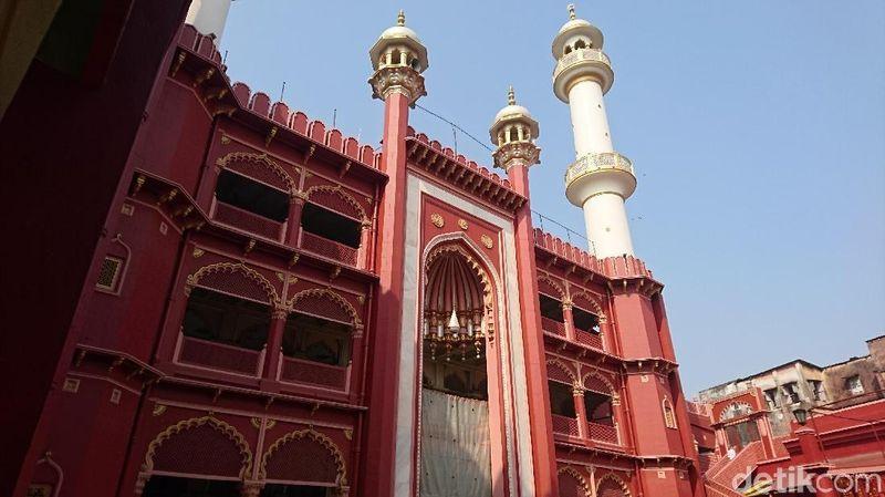 Inilah Masjid Nakhoda Kolkata, India yang menjadi ikon kerukunan umat beragama di sana dan menjadi rujukan setiap traveler tak terkecuali beragama apapun (Masaul/detikTravel)