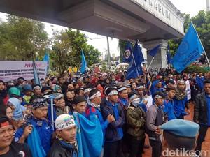 Ribuan Buruh Sukabumi Datangi Pendopo Tuntut Upah Sektoral