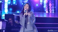 Isyana pun melanjutkan penampilannya dengan lagu Terpesona.