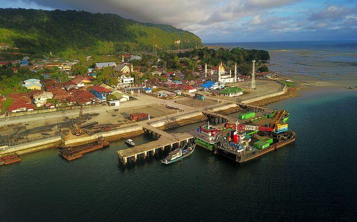 Pelabuhan Kaimana terletak di Provinsi Papua Barat, Kabupaten Kaimana yang memiliki peran untuk program tol laut ialah sebagai pelabuhan pusat kegiatan sekaligus menjadi pusat perekomonian masyarakat. Pool/Ditjen Perhubungan Laut Kemenhub.