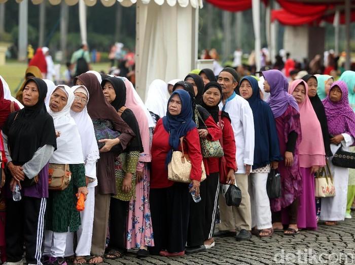 Ratusan lansia menerima kacamata gratis di Hari Kesetiakawanan Sosial Nasional (HKSN). (Foto: Rengga Sancaya)