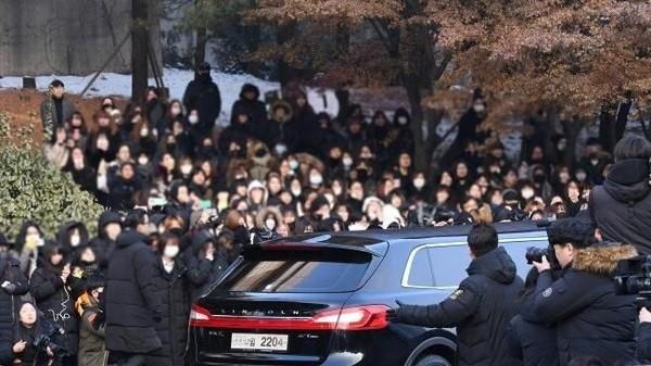 Ribuan Fans Berkumpul Menyaksikan Prosesi Pemakaman Jonghyun SHINee