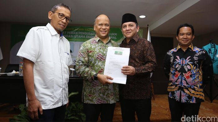 Ketua Umum Ikatan Saudagar Muslim Indonesia (ISMI) Ilham Habibie menyerahkan surat rekomendasi pembentukan ISMI Sumatera Utara (Sumut) kepada Ivan Iskandar Batubara, di Jakarta, Kamis (21/12/2017).