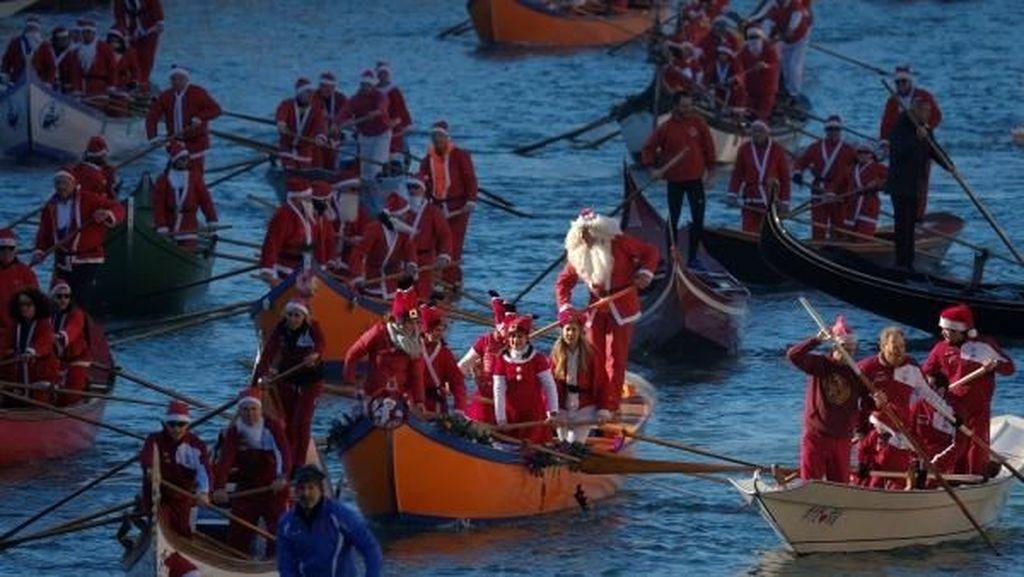 Foto: Ketika Santa Claus Balapan Perahu di Venesia