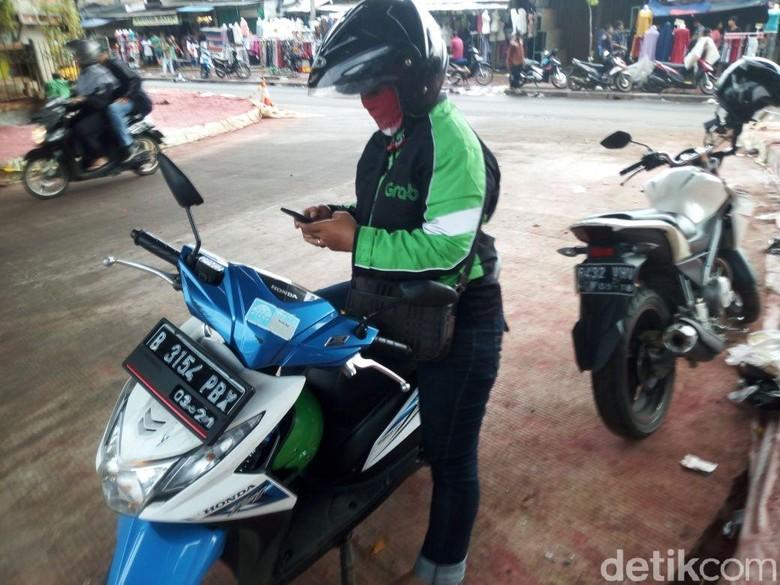 Kalau mau cek GPS bisa berhenti dan minggir dulu ke tempat yang aman. Foto: Haris Fadhil/detikcom