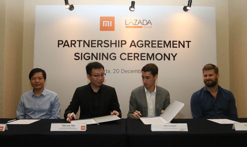 Head of Xiaomi South Pacific Region & Xiaomi Indonesia Country Manager Steven Shi (kedua kiri) dan Co-CEO Lazada Indonesia Duri Granziol (kedua kanan) menandatangani MoU dengan disaksikan Founder dan CEO Xiaomi Lei Jun dan Lazada Group CEO Maximilian Bittner. Pool/Xiaomi.
