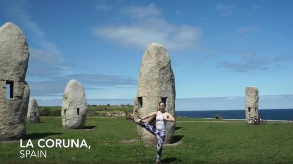 Kalau yang satu ini saat ia yoga di La Coruna, Spanyol (Frog Song Medicine/Youtube)