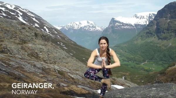 Video berjudul Yoga Around the World itu telah selesai dibuat dan diunggah ke Youtube. Ada lebih dari 20 negara yang wanita ini kunjungi selama beberapa bulan (Frog Song Medicine/Youtube)