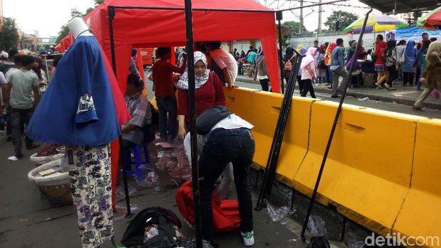 Pedagang Mulai Bongkar Tenda di Depan Stasiun Tanah Abang