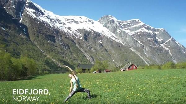 Saat ia terpilih sebagai akupunkturis di sebuah kapal pesiar, Maloon pun terpikir untuk melakukan yoga di berbagai negara yang ia singgahi dan merekamnya menjadi sebuah video perjalanan (Frog Song Medicine/Youtube)
