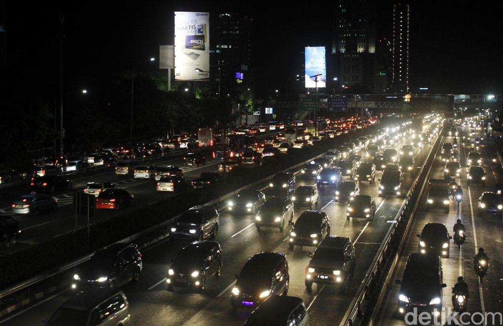 Kemacetan terjadi di Jalan Gatot Soebroto dan Tol Dalam Kota, Jakarta, Jumat (22/12). Kemacetan ini terjadi jelang libur Ntal dan tahun baru.