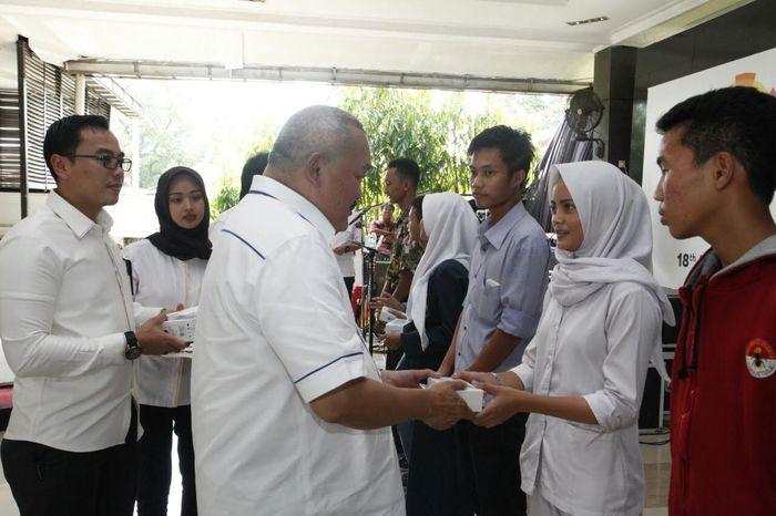 Foto: Gubernur Sumatera Selatan Alex Noerdin dan pelajar Sumsel (Dok. Pemprov Sumsel)