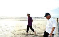 Jokowi susuri pantai sambil nyeker.