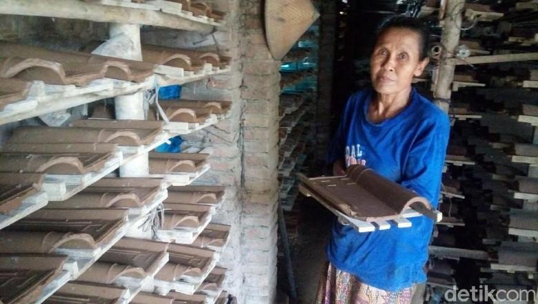 Tangan Terampil Kaum Ibu di Jepara Saat Produksi Genteng