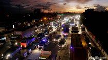 Foto: Jelang Libur Natal, Tol Jakarta-Cikampek Padat Merayap